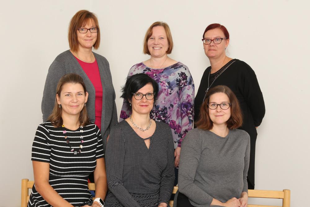 Ylärivi: Minna, Annika ja Maarit. Alarivi: Mari, Sari ja Heidi (Puuttuu: Marita ja Riitta)